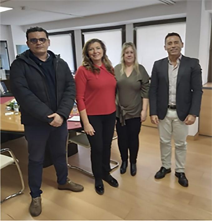 la consellera Dña Patricia Gómez y a Don Nacho García, director general de Prestaciones con miembros de Fesitess Balears